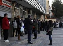 Pessoas aguardam em fila para entrar em um centro de apoio ao trabalho em Madri. A taxa de desemprego brasileiro atingiu em outubro o melhor resultado do ano ao cair para 5,2 por cento, ante 5,4 por cento em setembro, mas o rendimento da população parou de subir ao ficar praticamente estável ante setembro. 04/02/2013 REUTERS/Sergio Perez