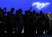 O logotipo da marca Mustang da Ford é visto acima de visitantes no Salão do Auomóvel de Los Angeles de 2013. A Ford está se preparando para lançar seu Mustang coupé em outros países pela primeira vez, apostando que o romantismo do icônico carro norte-americano levará mais pessoas aos seus showrooms fora dos Estados Unidos. 20/11/2013 REUTERS/Mike Blake