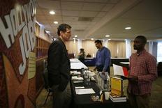 Unas personas en una feria de empleo en Los Angeles, nov 18 2013. El número de estadounidenses que presentó nuevas solicitudes de subsidios por desempleo cayó fuertemente la semana pasada, sugiriendo una mejora en el mercado laboral. REUTERS/Lucy Nicholson