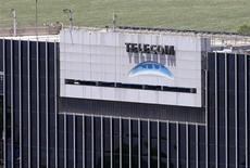 O logotipo da Telecom visto no edifício da empresa em Buenos Aires. Marco Patuano, presidente-executivo da Telecom Italia, afirmou nesta quinta-feira que a empresa não precisa se unir a competidores na Itália. 14/11/2013 REUTERS/Enrique Marcarian