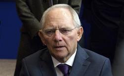 """El ministro de Finanzas alemán, Wolfgang Schaeuble, en una conferencia de prensa en Bruselas, nov 14 2013. El ministro de Finanzas alemán, Wolfgang Schaeuble, formuló el jueves una inusual advertencia al Banco Central Europeo, al sostener que las decisiones sobre las tasas de interés no deben ofrecer """"falsos estímulos"""" y que la política monetaria por si sola no resolvería la crisis de la zona euro. REUTERS/Virginia Mayo/Pool"""