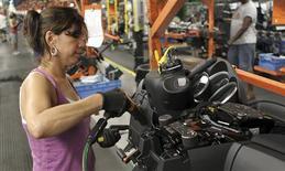 Una empleada trabaja en el panel de un vehículo Cruze de Chevrolet en Lordsdown, EEUU, jul 22 2011. La actividad fabril en la zona norte de la costa este de Estados Unidos se desaceleró en noviembre y cayó a su menor nivel desde mayo, mostró un informe publicado el jueves. REUTERS/Aaron Josefczyk