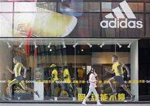 Una tienda de Adidas en el distrito comercial de Pekín, mar 25 2013. Adidas seguirá siendo hasta el 2030 el socio oficial y patrocinador de la Copa del Mundo de fútbol, el evento deportivo más visto a nivel global, anunció el jueves la firma alemana. REUTERS/Kim Kyung-Hoon