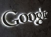 El logo de Google en sus oficinas de Toronto, sep 5 2013. El gigante tecnológico Google Inc ofrecerá una tarjeta de débito prepagada que permitirá a los consumidores comprar bienes en tiendas y retirar efectivo desde cajeros automáticos, dijo el miércoles la compañía. REUTERS/Chris Helgren