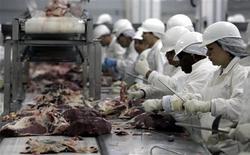 Unos empleados de la planta empacadora de carne JBS en Sao Paulo, sep 9 2005. La tasa de desempleo de Brasil para octubre cayó a su nivel más bajo este año, lo que sugiere que un mercado laboral ajustado podría darle soporte al consumo y ayudar a la economía a evitar una recesión. REUTERS/Paulo Whitaker/Files