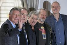 Los miembros vivos del elenco original del grupo de comedia Monty Python (de izquierda a derecha) Michael Palin, Eric Idle, Terry Jones, Terry Gilliam y John Cleese, posan para fotógrafos en el centro de Londres. 21 de noviembre, 2013. El grupo anunció en una conferencia de prensa que se reunirán nuevamente para un único espectáculo en vivo en julio, en Londres. REUTERS/Andrew Winning (REINO UNIDO ENTRETENIMIENTO SOCIEDAD)