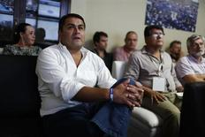 El candidato presidencial oficialista de Honduras, Juan Orlando Hernández, escucha una presentación en su centro de campaña en Tegucigalpa. 21 de noviembre, 2013. Hernández descartó el jueves que de ganar las elecciones del domingo vaya a impulsar una devaluación de la moneda local, como lo ha pedido al gobierno actual el Fondo Monetario Internacional como parte de una serie de medidas para un nuevo acuerdo. REUTERS/Tomas Bravo (HONDURAS - POLITICA ELECCIONES)