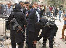 مقاتلون من جبهة النصرة يفتشون مدنيين في حلب يوم 7 نوفمبر تشرين الثاني 2013 - رويترز