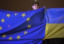 Сторонник интеграции Украины в ЕС на акции протеста в Киеве 21 ноября 2013 года. Правительство Виктора Януковича назвало отказ от подписания соглашения с Европой тактическим отступлением под натиском России, чреватым экономическим коллапсом и социальными потрясениями в преддверии выборов 2015 года. REUTERS/Gleb Garanich