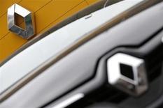 Le titre Renault enregistre la plus forte hausse du CAC 40 à la mi-séance (+1,36% dans un marché hésitant à +0,19% vers 12h25), notamment soutenu, comme d'autres valeurs cycliques, par l'amélioration plus forte que prévu du climat des affaires en Allemagne. /Photo prise le 13 février 2013/REUTERS/Christian Hartmann
