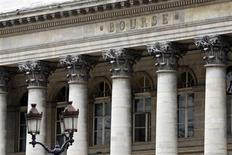 Les Bourses européennes ont partiellement effacé leurs gains de début de séance vendredi à mi-séance dans des marchés moins volatils, qui commencent à se faire à l'idée d'un dénouement progressif du programme de rachat d'actifs de la Réserve fédérale américaine. Vers 13h15, le CAC 40 prend encore 0,25% à Paris, le Dax est stable à Francfort et le FTSE cède 0,22% à Londres. /Photo d'archives/REUTERS/Charles Platiau
