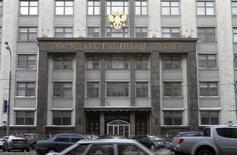 Вид на здание Госдумы РФ в Москве 30 января 2010 года. Госдума РФ приняла в пятницу в третьем чтении поправки в законы, частично разрушающие экспортную монополию Газпрома и открывающие его конкурентам - Новатэку и Роснефти дорогу на растущие мировые рынки сжиженного природного газа (СПГ). REUTERS/Alexander Natruskin
