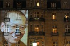 Изображение китайского диссидента Лю Сяобо проецируется на фасад отеля в центре Осло после церемонии вручения Нобелевской премии мира 10 декабря 2010 года. Норвегия заявила о готовности присоединиться к Китаю в разработке нефтяных месторождений на исландском шельфе, что стало редким примером сотрудничества на фоне дипломатического конфликта в связи с присуждением премии мира китайскому диссиденту. REUTERS/Toby Melville