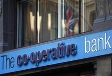 Le ministre des Finances britannique George Osborne a ordonné vendredi une enquête indépendante sur la Co-op Bank, dont l'ancien président a été appréhendé par la police. /Photo prise le 4 novembre 2013/REUTERS/Andrew Winning