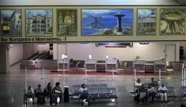 Brasil entregó el viernes el control de dos importantes aeropuertos en Río de Janeiro y Belo Horizonte a inversores privados, en una subasta para modernizar la infraestructura del país donde recaudó 20.838 millones de reales (9.139 millones de dólares). REUTERS/Ricardo Moraes