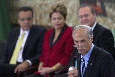 El Ministro de Agricultura de Brasil, Antonio Andrade, (a la derecha) habla durante una ceremonia en el Palacio de Planalto en Brasilia. 4 de junio, 2013. El Gobierno de Brasil aprobó el viernes la renegociación y el pago aplazado de las deudas de productores de café que vencen entre julio del 2013 y junio del año próximo para el 2015, en un intento por ayudar a un sector que sufre dificultades por los bajos precios en el mercado. REUTERS/Ueslei Marcelino (BRASIL - POLITICA AGRICULTURA)