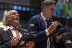 Operadores trabajan en la Bolsa de Valores de Nueva York. 21 de noviembre, 2013. Las acciones cerraron en alza el viernes en la bolsa de Nueva York, lideradas por el sector de cuidado de la salud, y el índice S&P 500 terminó la sesión por encima de los 1.800 puntos por primera vez en la historia. REUTERS/Brendan McDermid (ESTADOS UNIDOS - NEGOCIOS)