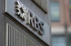 Логотип Royal Bank of Scotland в отделении банка в Лондоне 6 февраля 2013 года. Правительственный консультант Великобритании обвинил частично национализированный банк Royal Bank of Scotland в том, что он переводил небольшие проблемные компании в свое специальное подразделение, где мог потребовать с них более высокую плату и взять под контроль их активы. REUTERS/Neil Hall