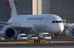 """Самолет 787 Dreamliner авиакомпании Japan Airlines в токийском аэропорту """"Нарита"""" 17 января 2013 года. Boeing предупредил о риске обледенения двигателей на новых самолетах 747-8 и 787 Dreamliner, оснащенных моторами General Electric, и призвал 15 авиаперевозчиков избегать полетов на этих лайнерах в условиях грозы. REUTERS/Toru Hanai"""