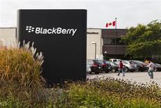 BlackBerry annonce lundi le départ de deux de ses cadres dirigeants et le remplacement de son directeur financier, quelques jours après la nomination d'un nouveau directeur général, prélude à une probable restructuration en profondeur de ses activités. /Photo prise le 23 septembre 2013/REUTERS/Mark Blinch