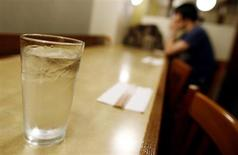 A glass of tap water is served at a restaurant in New York June 10, 2009. REUTERS/Shannon Stapleton