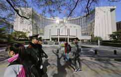 Le siège de la Banque populaire de Chine (BPOC) à Pékin. La Chine s'appuiera sur les réformes fondées sur les lois du marché pour libérer de nouveaux moteurs de croissance dans le pays, et non pas sur des politiques ultra-accommodantes, selon le gouverneur de la BPOC. /Photo prise le 20 novembre 2013/REUTERS/Jason Lee