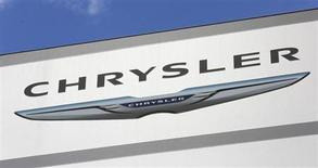 Логотип Chrysler в дилерском центре в Плантэйшене, Флорида, 8 октября 2013 года. Первичное размещение акций американского подразделения Fiat Chrysler не состоится в нынешнем году, сообщил в четверг итальянский производитель автомобилей. REUTERS/Joe Skipper