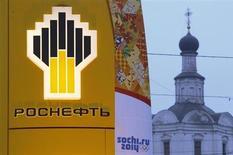 Логотип Роснефти на АЗС в Москве 12 ноября 2013 года. Итальянский энергетический концерн Enel и крупнейшая российская нефтяная госкомпания Роснефть готовят соглашение о сотрудничестве в газовой сфере в Латинской Америке и Северной Африке, сказал Рейтер источник, знакомый с ситуацией. REUTERS/Maxim Shemetov