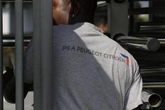 PSA Peugeot Citroën, l'une des valeurs à suivre mardi à la Bourse de Paris où le titre poursuit sa progression, affichant une hausse de 2,23% vers 12h50 après l'annonce la veille de l'arrivée de Carlos Tavares en janvier au directoire du groupe. Le CAC 40 de son côté perd 0,22% à 4.292,69 points à la mi-séance. /Photo d'archives/REUTERS/Philippe Wojazer