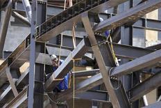 Trabalhadores são fotografados em canteiro de obras da Arena Pantanal em Cuiabá, no Mato Grosso. O Índice de Confiança da Construção (ICST) recuou 3,7 por cento no trimestre encerrado em novembro na comparação com um ano antes, de acordo a Sondagem Conjuntural da Construção divulgada pela Fundação Getulio Vargas (FGV) nesta terça-feira. 18/11/2013. REUTERS/Paulo Whitaker
