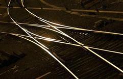 Les ministres du Redressement productif et des Transports, Arnaud Montebourg et Frédéric Cuvillier, ont porté mardi sur les fonts baptismaux un nouveau fonds d'investissement, Croissance Rail, destiné à favoriser le développement des entreprises du secteur de la construction ferroviaire en France. /Photo d'archives/REUTERS/Régis Duvignau
