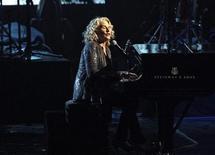 A cantora e compositora Carole King se apresenta durante evento em Los Angeles, em abril. 18/04/2013 REUTERS/Mario Anzuoni