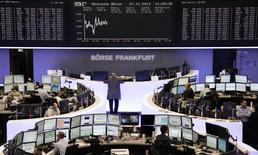 Les Bourses européennes restent orientées en légère hausse mercredi à mi-séance après leur recul de la veille, soutenues par la signature d'un accord de coalition en Allemagne et des spéculations de nouvelles mesures de soutien de la Banque centrale européenne. À Paris, le CAC 40 reprend 0,22% vers 12h05 GMT. À Francfort, le Dax gagne 0,25%, et à Londres le FTSE progresse de 0,1%. L'indice paneuropéen EuroStoxx 50 affiche un gain de 0,38%. /Photo prise le 27 novembre 2013/REUTERS/Remote