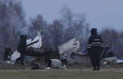 Обломки самолета Boeing 737 авиакомпании Татарстан, разбившегося в аэропорту Казани, 18 ноября 2013 года. Риск попасть в авиакатастрофу у пассажиров российских авиакомпаний примерно вчетверо выше, чем в мире, следует из предоставленных Рейтер данных международных и российских авиационных ведомств и ассоциаций. REUTERS/Maxim Shemetov