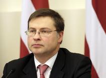Премьер-министр Латвии Валдис Домбровскис на пресс-конференции в Риге 8 ноября 2013 года. Валдис Домбровскис подал в отставку в среду после гибели более полусотни человек в результате обрушения крыши супермаркета в Риге на прошлой неделе. REUTERS/Ints Kalnins