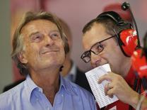 O presidente da Ferrari, Luca Di Montezemolo, (à esquerda) e o chefe da equipe, Stefano Domenicali, (à direita) reagem durante terceira sessão de treino do Grande Prêmio da Itália de Fórmula 1, em Monza. Montezemolo considerou uma piada a sugestão feita pelo chefe da Fórmula 1, Bernie Ecclestone, de que o chefe da equipe Red Bull, Christian Horner, seria o substituto ideal para comandar a categoria. 07/09/2013. REUTERS/Max Rossi