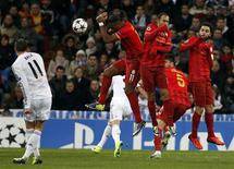 Real Madrid's Gareth Bale (L) kicks the ball to score a goal against Galatasaray during their Champions League soccer match at Santiago Bernabeu stadium in Madrid November 27, 2013. REUTERS/Juan Medina