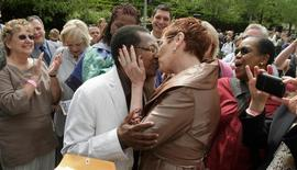 Vernita Gray (L) and Pat Ewert kiss after their Civil Union ceremony in Chicago, June 2, 2011. REUTERS/John Gress