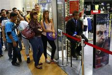 People wait in a line to enter a department store having sales, at a mall in Caracas, November 25, 2013. REUTERS/Jorge Silva