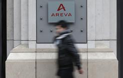 Areva à suivre jeudi à la Bourse de Paris où le titre bondit de 6,07% à la mi-séance, signant la plus forte hausse du SBF 120. Le CAC 40 de son côté gagne 0,28% à 4.305,16 points dans des volumes limités vers 12h50. /Photo d'archives/REUTERS/Christian Hartmann