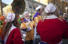Payasos preparándose para el desfile de Macy's por Acción de Gracias, en Nueva York. Millones de estadounidenses celebraban el jueves el día de Acción de Gracias desafiando a los fuertes vientos para participar de los desfiles callejeros y planeando la temporada de compras navideñas que empieza un día antes este año. REUTERS/Carlo Allegri