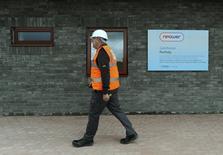 Npower, filiale britannique du groupe allemand de services aux collectivités RWE, prévoit de supprimer 1.460 postes en Grande-Bretagne, dans le sillage de sa décision de sous-traiter des services administratifs et de relations clientèle. /Photo d'archives/REUTERS/Rebecca Naden