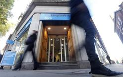 Pedestrians walk past a branch of the Co-operative Bank in central London, November 4, 2013. REUTERS/Andrew Winning