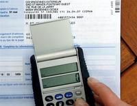 Selon Les Echos, un rapport de Bercy de 2012 montre les risques d'une fusion de l'impôt sur le revenu et de la contribution sociale généralisée (CSG), calculant selon trois scénarios qu'elle ferait plus de 9 millions de perdants. /Photo d'archives/REUTERS
