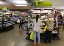 Le moral des consommateurs britanniques a baissé pour le deuxième mois de suite en novembre, une série inédite depuis l'été 2011, selon le cabinet d'études GfK. L'indice de ce dernier est ressorti à -12, contre -11 en octobre. Les économistes avaient anticipé -10. /Photo d'archives/REUTERS/Suzanne Plunkett