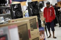 Homem passa por alto-falantes em loja das Casas Bahia, em São Paulo, 7 de fevereiro de 2013. O Índice de Confiança do Comércio (Icom) caiu 5,2 por cento na média do trimestre encerrado em novembro, frente ao mesmo período do ano passado. 07/02/2013 REUTERS/Nacho Doce