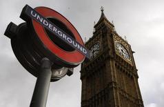 Указатель лондонского метро возле Биг-Бена 3 октября 2010 года. Британские власти продолжают искать новые пути пополнения истощившегося бюджета и продали заброшенную станцию метро, новым владельцем которой, как утверждает местная пресса, станет бизнесмен из Украины. REUTERS/Luke MacGregor