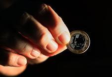 Uma moeda de 1 real em uma foto ilustrativa capturada no Rio de Janeiro. O setor público brasileiro registrou superávit primário de 6,188 bilhões de reais em outubro, informou o Banco Central nesta sexta-feira. 11/10/2010 REUTERS/Sergio Moraes