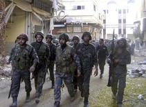 قوات من الجيش السوري في حمص يوم الأحد (صورة لرويترز تستخدم في الاغراض التحريرية فقط ويحظر بيعها او استخدامها في الحملات الدعائية أو التسويقية)