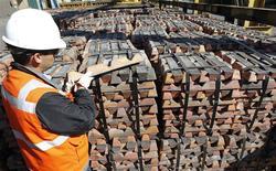 Foto del 16 de abril de 2012. Un trabajador revisa un envío de de cobre en la división Ventanas de Codelco. La producción de cobre de Chile anotó una alza interanual del 6,5 por ciento en octubre, debido a la recuperación de una importante faena y la entrada en operación de nuevos proyectos, dijo el viernes el Gobierno. REUTERS/Eliseo Fernández